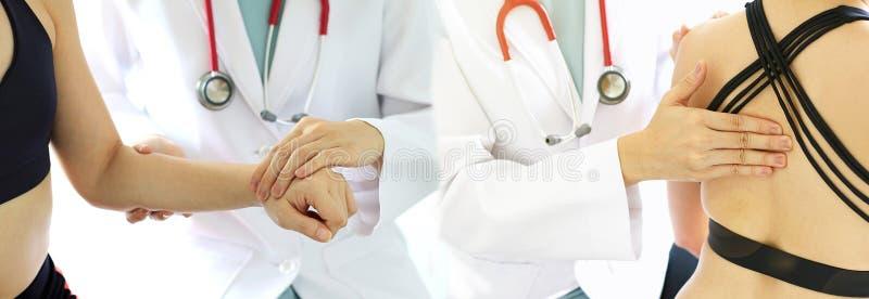Medicinskt ortopediskt undersöka för doktor som är gemensamt, smärtar kvinnapatienten royaltyfria bilder