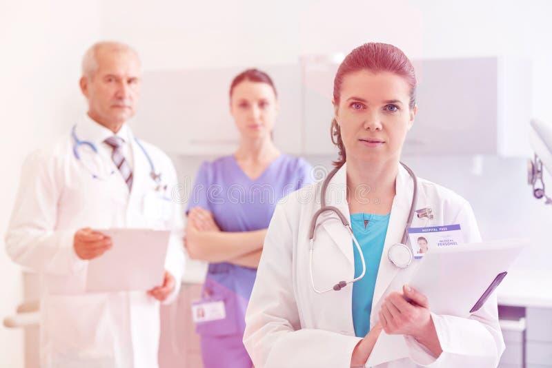 Medicinskt personligt & x28; doktorer, sjuksköterskor och dentists& x29; under olika tillvägagångssätt med patienter arkivfoto
