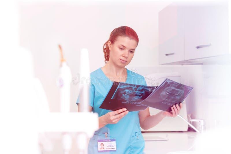 Medicinskt personligt & x28; doktorer, sjuksköterskor och dentists& x29; under olika tillvägagångssätt med patienter royaltyfri bild