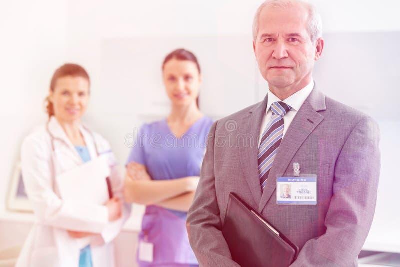 Medicinskt personligt & x28; doktorer, sjuksköterskor och dentists& x29; under olika tillvägagångssätt med patienter royaltyfria bilder