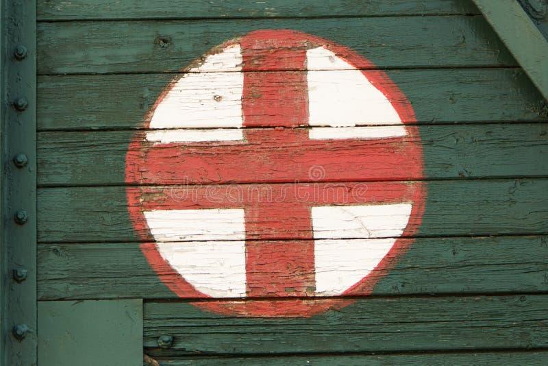 Medicinskt symbol som målas på den gamla järnväg vagnen arkivbild