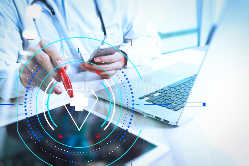 Medicinskt teknologibegrepp Doktorshand som arbetar med modern digi royaltyfria foton