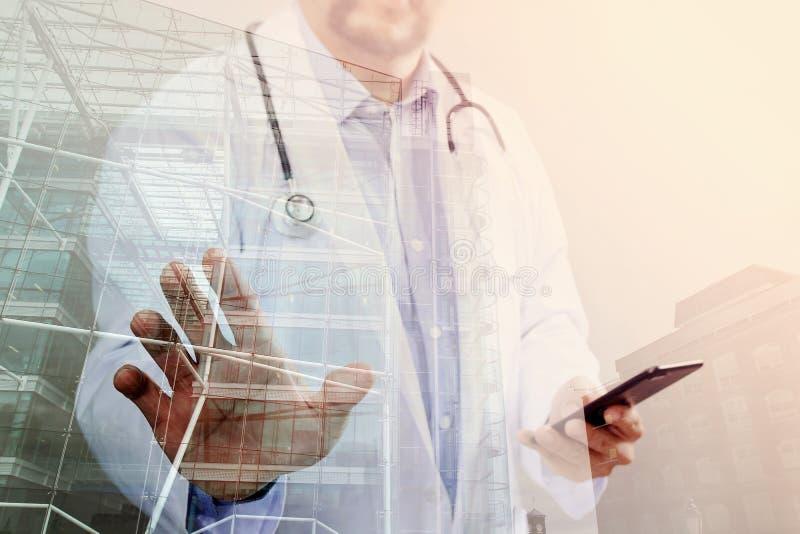 Medicinskt teknologibegrepp Doktorshand som arbetar med modernt royaltyfria bilder