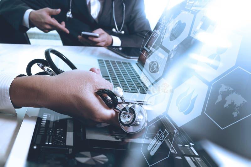 Medicinskt teknologibegrepp Doktorshand som arbetar med modernt smar arkivfoto