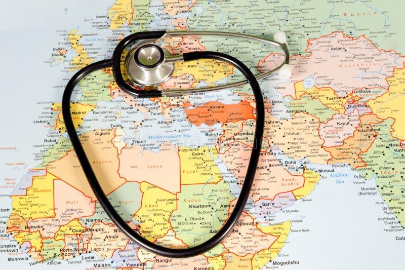 Medicinskt turismbegrepp med världskartan och arkivfoto