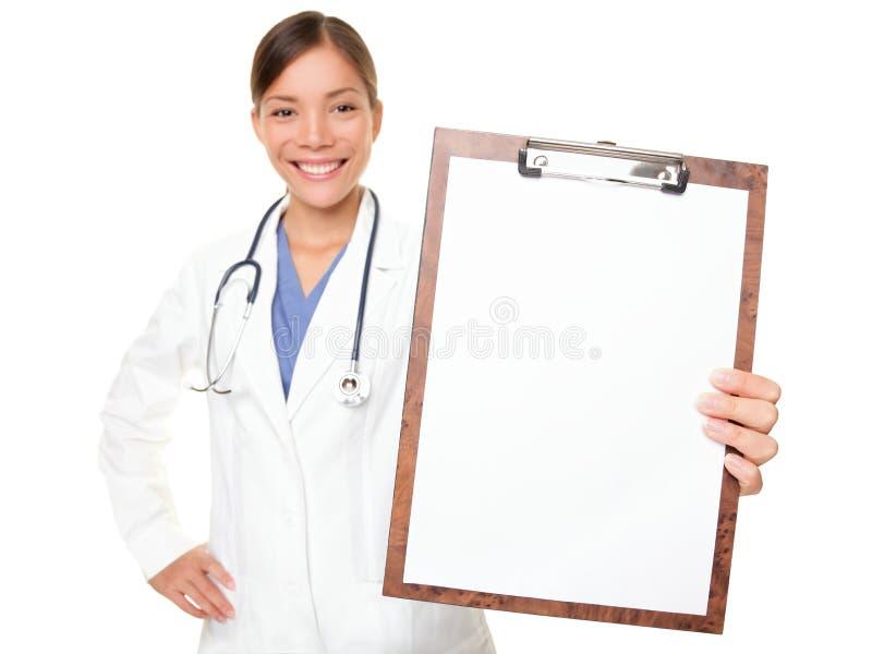 medicinskt visande tecken för clipboarddoktor arkivbild