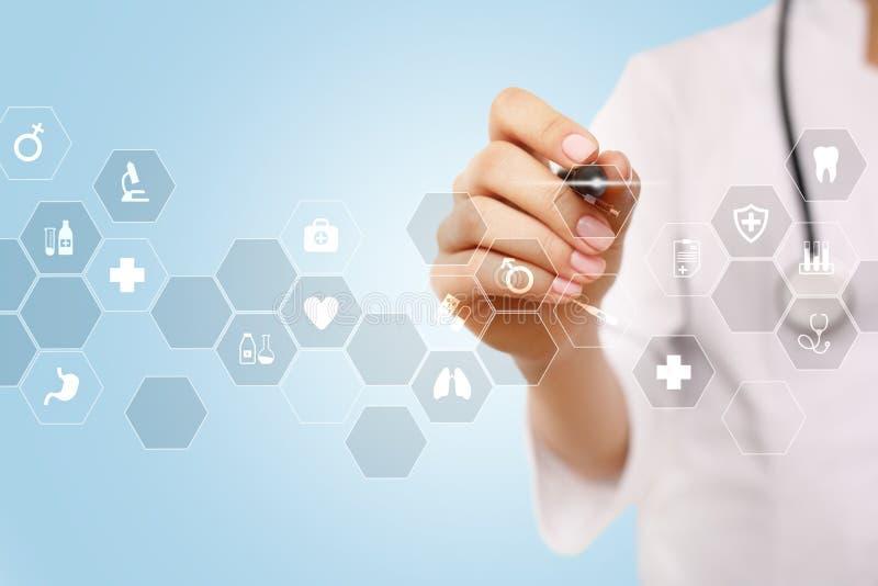 Medicinteknologi och sjukvårdbegrepp Medicinsk doktor som arbetar med modern PC Symboler på den faktiska skärmen royaltyfri bild