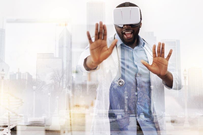 Medico allegro che usando la maschera di realtà virtuale immagini stock libere da diritti