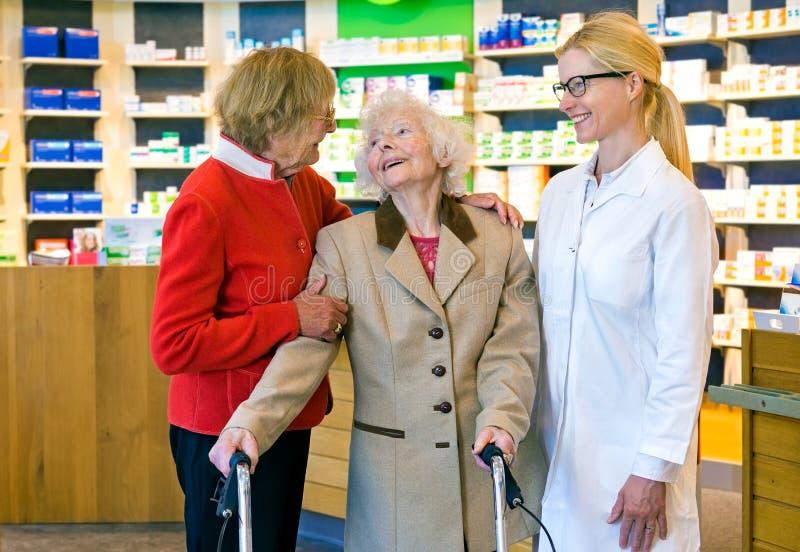 Medico amichevole che parla con due donne anziane immagini stock libere da diritti