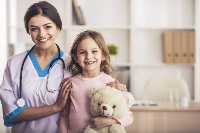Medico amichevole con il piccolo paziente fotografie stock