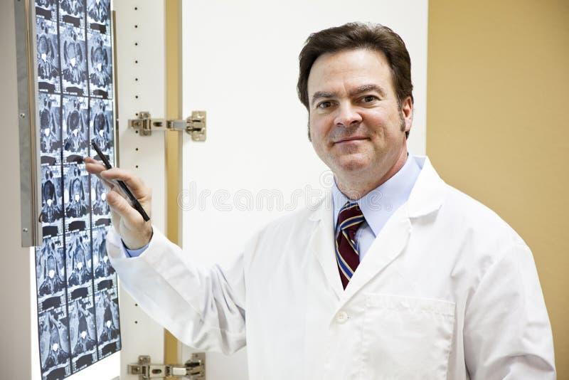 Medico amichevole con l'esplorazione di CT immagini stock
