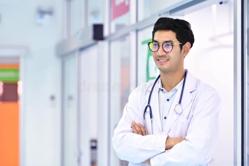 Medico asiatico sorridente con lo stetoscopio in ospedale fotografia stock