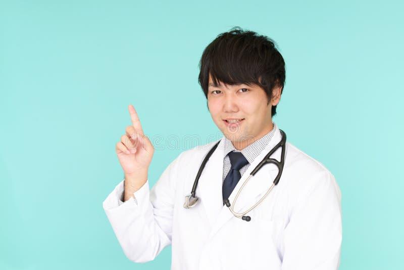 Medico asiatico sorridente immagine stock libera da diritti
