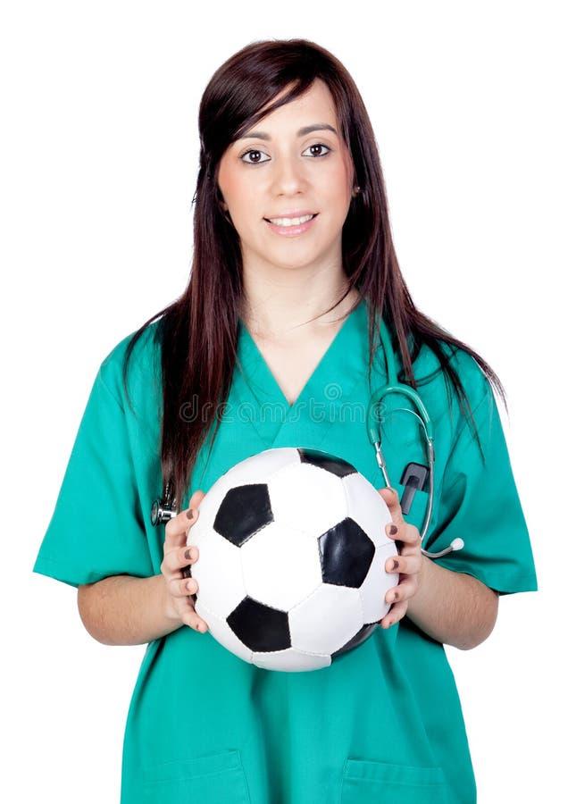 Medico attraente del brunette con la sfera di calcio fotografia stock