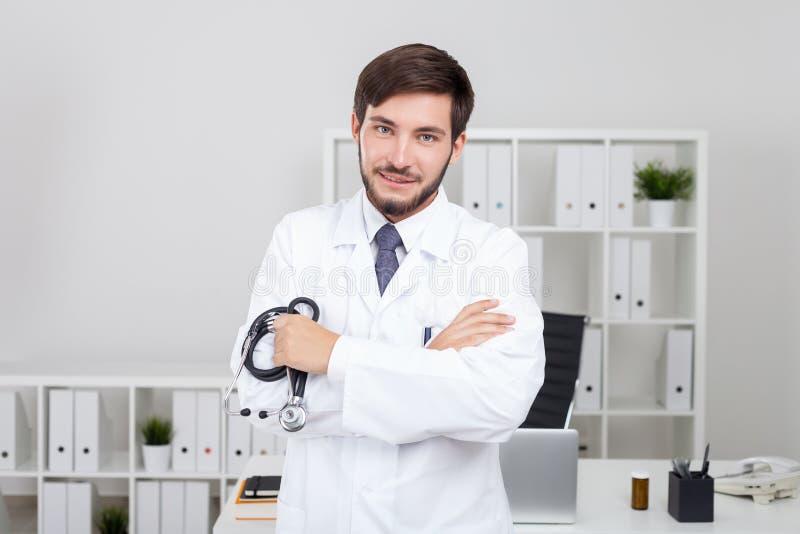 Medico barbuto piacevole fotografia stock libera da diritti