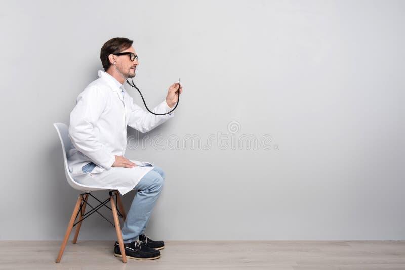 Medico bello che diagnostica il paziente fotografia stock
