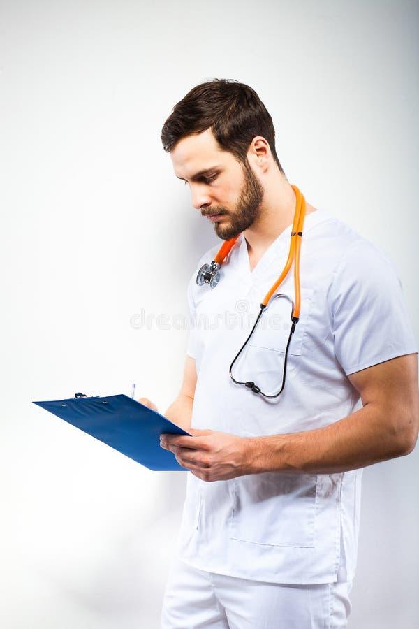 Medico bello che sta accanto alla parete fotografie stock