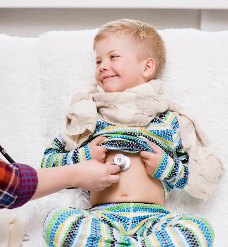 Medico che ascolta il battito cardiaco con lo stetoscopio immagine stock
