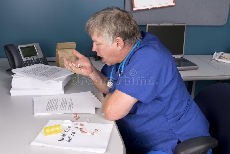 Medico che cattura le pillole fotografia stock