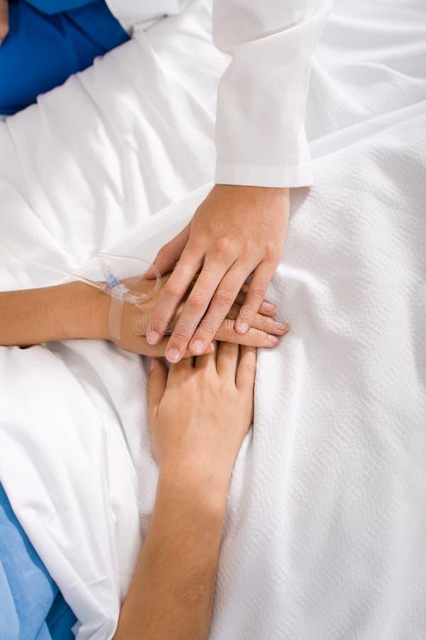 Medico che conforta paziente fotografie stock libere da diritti