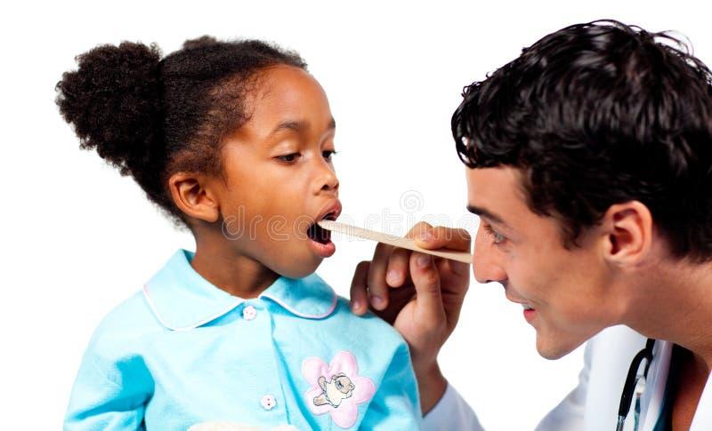 Medico che controlla la gola del suo paziente immagini stock