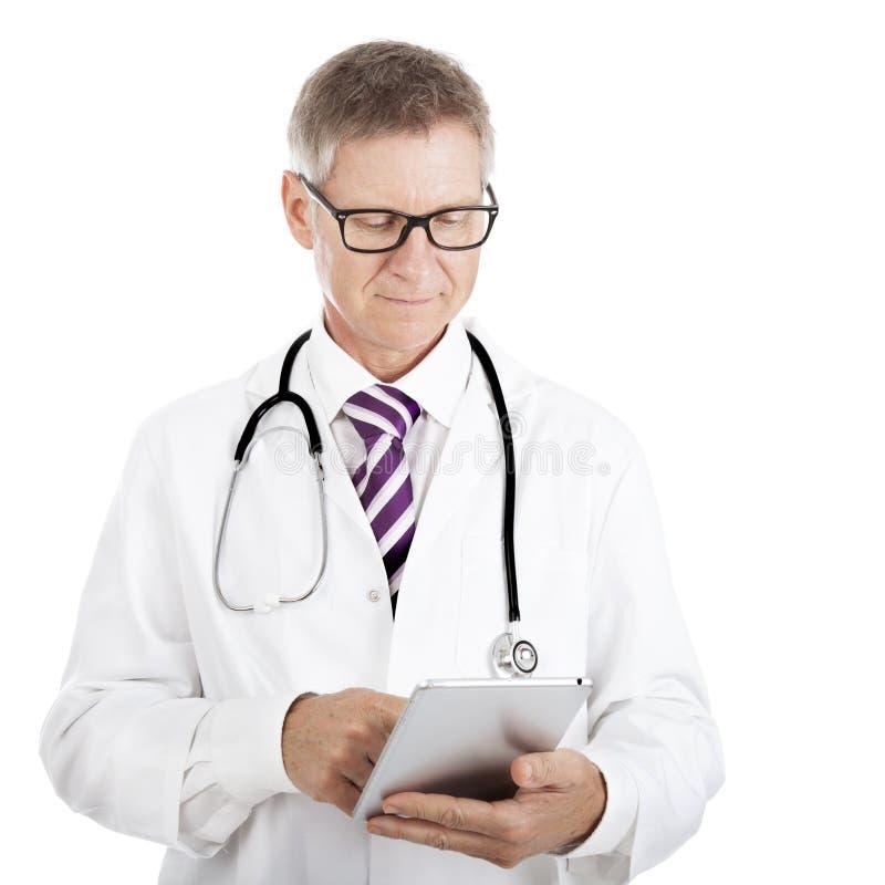 Medico che controlla le note pazienti su un compressa-pc immagine stock libera da diritti