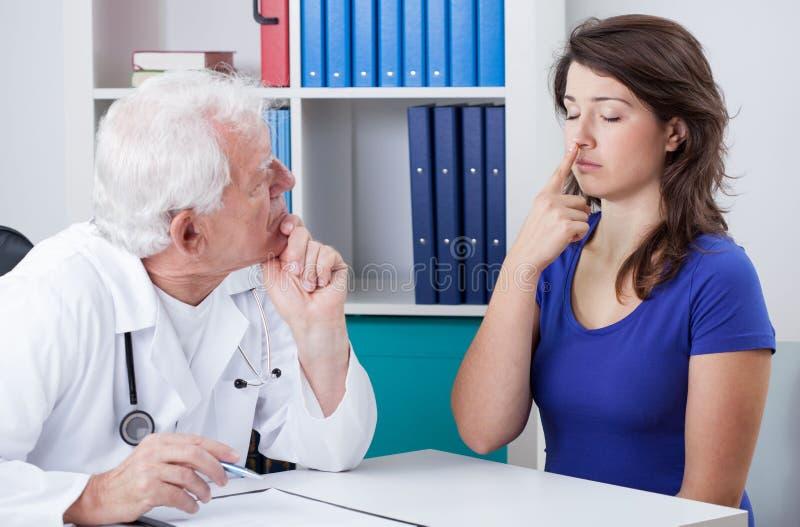 Medico che diagnostica paziente fotografie stock