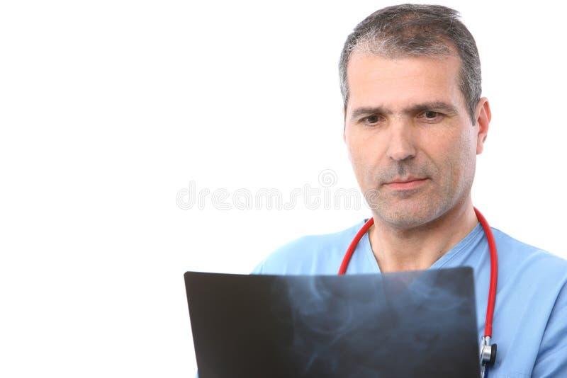 Medico che esamina i raggi X fotografia stock libera da diritti