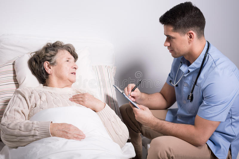 Medico che esamina il paziente di alzheimer fotografia stock