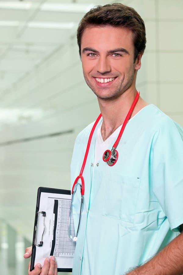 Medico che fa i suoi tondi immagine stock