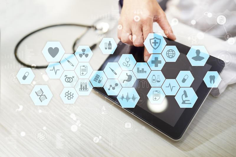 Medico che lavora con l'interfaccia moderna dello schermo virtuale del computer Tecnologia della medicina e concetto di sanità fotografie stock