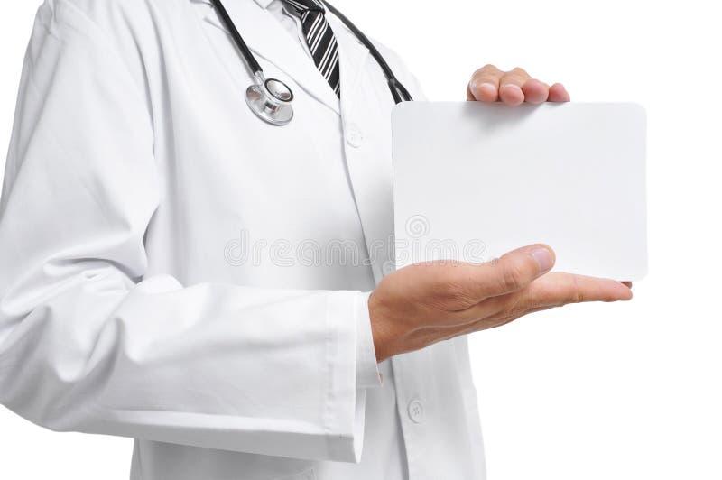 Medico che mostra un'insegna in bianco fotografia stock