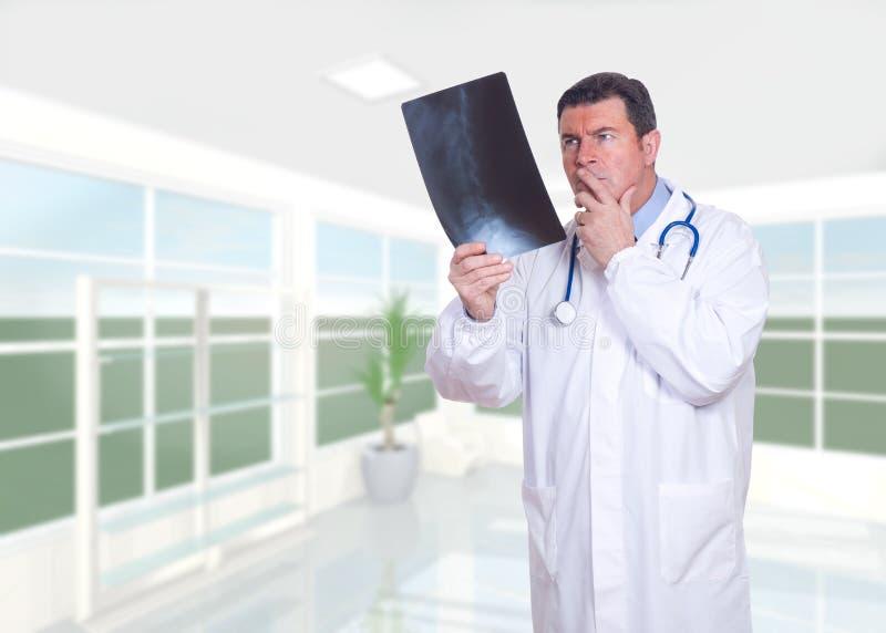 Medico che osserva raggi X immagine stock