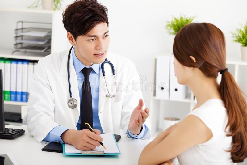 Medico che parla con il paziente femminile fotografia stock