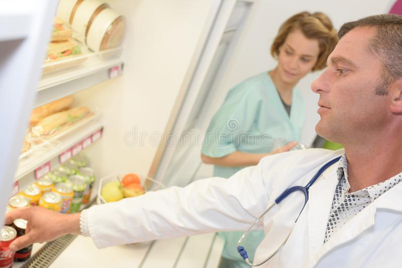 Medico che prende soda all'ospedale immagini stock