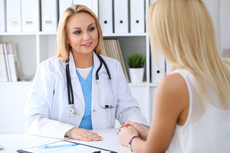 Medico che rassicura il suo paziente femminile Concetto della medicina, di aiuto e di sanità immagini stock libere da diritti