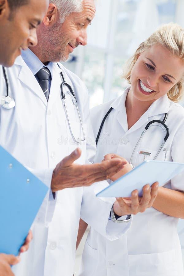 Medico che spiega qualcosa in sua compressa fotografia stock