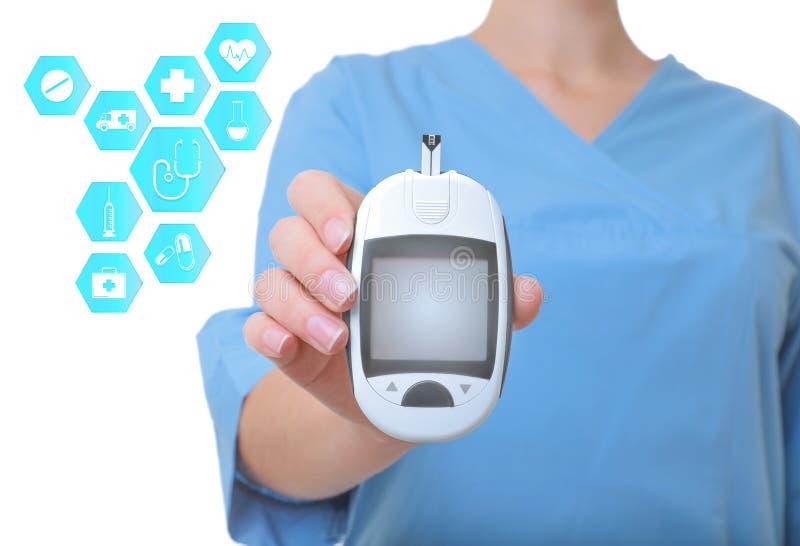 Medico che tiene apparecchio medico moderno e le icone informative su fondo bianco fotografia stock