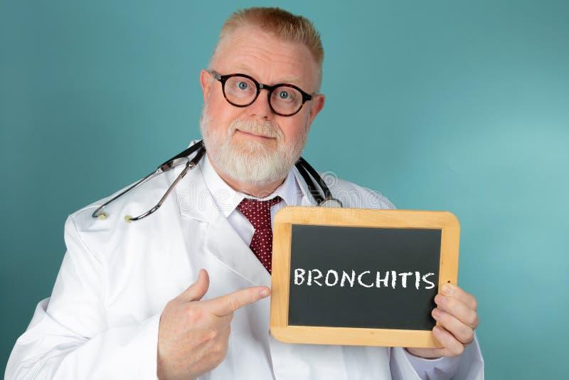 Medico che tiene lavagna con l'iscrizione di bronchite immagini stock