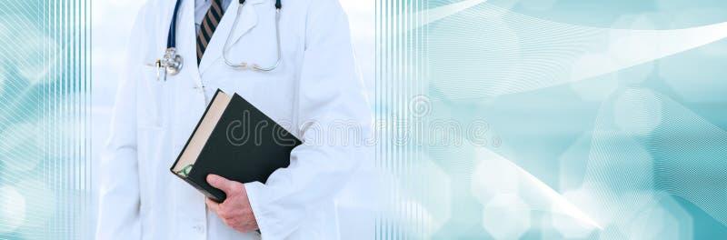 medico che tiene un manuale di medicina; striscione panoramico fotografia stock libera da diritti