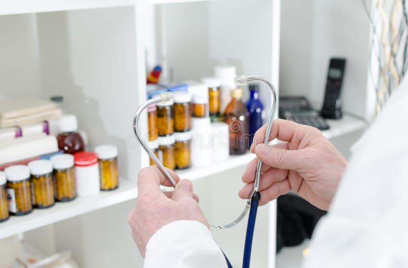 Download Medico Che Tiene Uno Stetoscopio Fotografia Stock - Immagine di medicina, clinica: 56889540