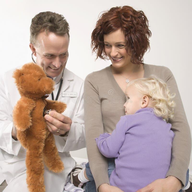 Medico che usando l'orso di orsacchiotto fotografia stock libera da diritti