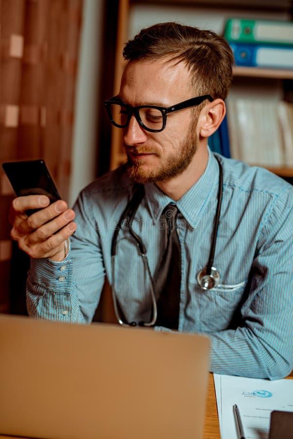 Medico che usando smartphone fotografie stock