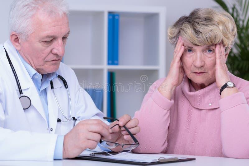 Medico con cattive notizie immagine stock