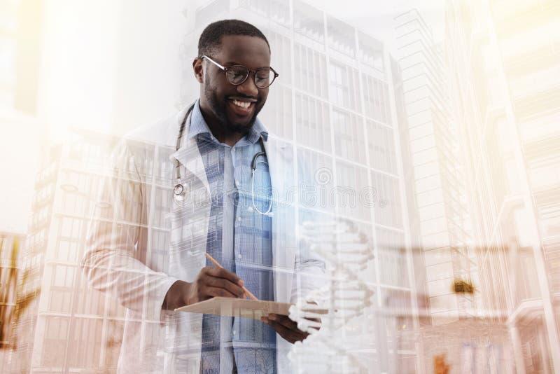 Medico con esperienza occupato con i documenti fotografie stock