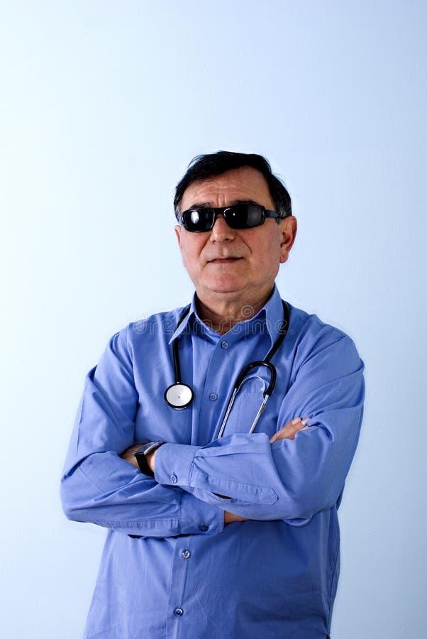 Medico con gli occhiali da sole fotografia stock