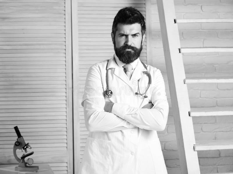 Medico con il fronte rigoroso pronto a diagnosticare fotografia stock