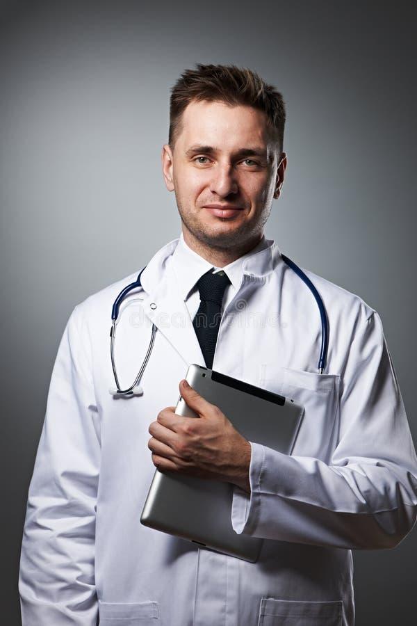 Medico con il ritratto del pc della compressa fotografia stock