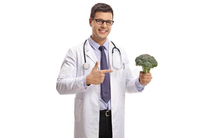 Medico con indicare dei broccoli fotografia stock