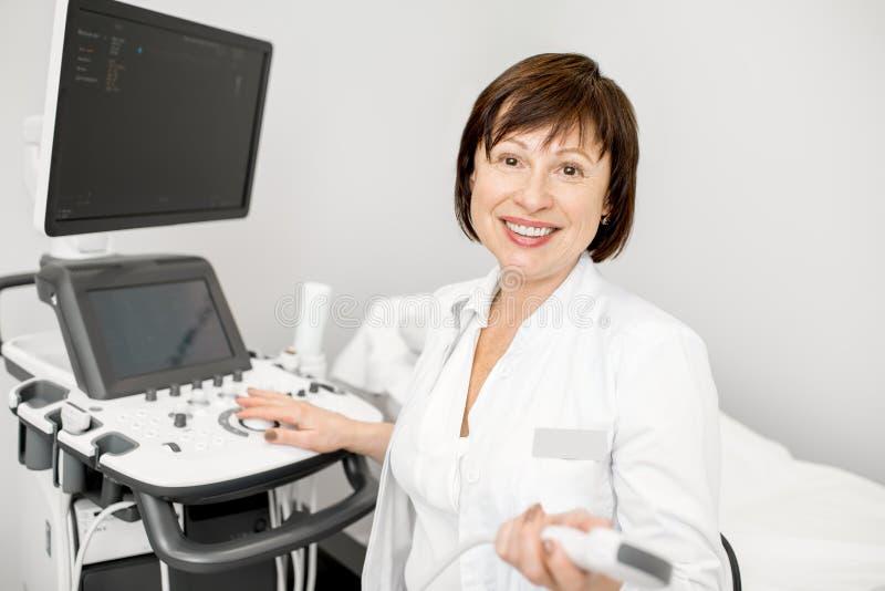 Medico con l'attrezzatura di ultrasuono immagine stock libera da diritti